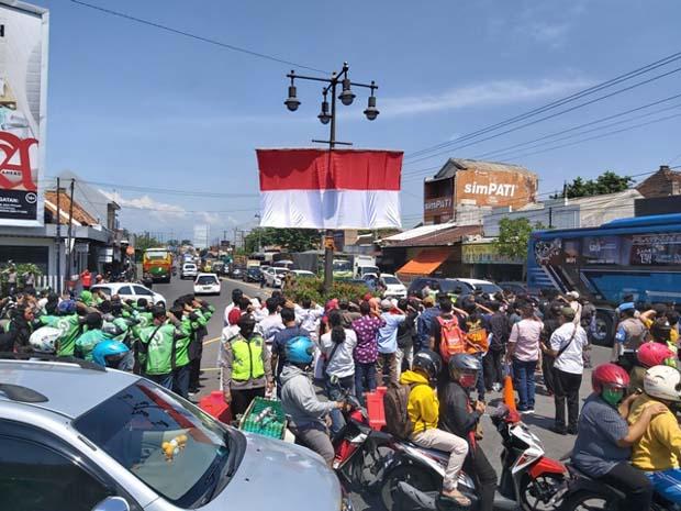 Hari Sumpah Pemuda, Bendera Merah Putih Raksasa Berkibar di Tugu Kartasura