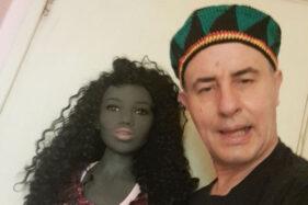 Scott Pearson, 53, pria asal Bringhton, East Sussex, Inggris bersama boneka seks miliknya. (Mirror)