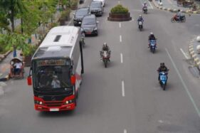 Bus listrik produksi PT Inka diuji coba di jalanan Kota Madiun, Selasa (27/10/2020). (Istimewa/Pemkot Madiun)