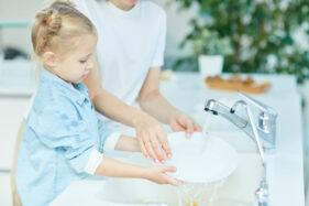 Kebiasaan cuci tangan pakai sabun (CTPS) menjadi gaya hidup dan norma bagi semua orang perlu ditanamkan sejak dini. (ilustrasi/Freepik)
