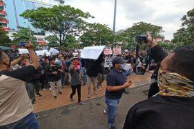 Massa menggelar aksi demonstrasi menolak pengesahan UU Cipta Kerja di depan kantor DPRD Jateng, Rabu (7/10/2020). (Imam Yuda Saputra/Semarangpos.com)