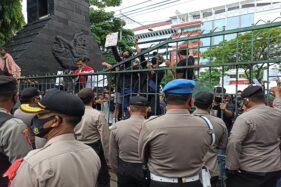 Massa menggelar aksi demonstrasi menolak pengesahan UU Cipta Kerja di depan kantor DPRD Jateng, Rabu (7/10/2020). (Semarangpos.com-Imam Yuda Saputra)