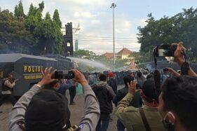 Aksi unjuk rasa menolak UU Omnibus Law Cipta Kerja di depan Gedung DPRD Jateng, Kota Semarang dibubarkan aparat kepolisian dengan tembakan water canon dan gas air mata. (Semarangpos.com-Imam Yuda S.)