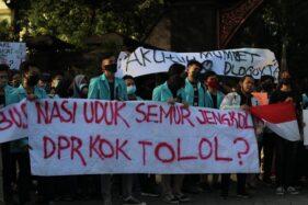 UNS Solo Menggugat, Ratusan Mahasiswa Demo Tolak Omnibus Law