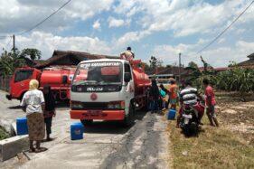 Petugas Badan Penanggulangan Bencana Daerah (BPBD) Karanganyar mengirimkan air bersih ke Sanggrahan dan Bulurejo, Gondangrejo, Karanganyar Selasa (29/9/2020). (Istimewa/BPBD Karanganyar)