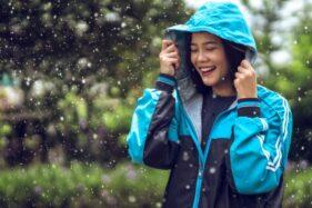 Ilustrasi olahraga saat musim hujan (Freepik).
