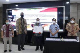 Direktur Utama PT Inka, Budi Noviantoro, menunjukkan nota kesepahaman (MoU) kerja sama antara PT Inka dengan Perusda Bali, Jumat (23/10/2020). (Istimewa/PT Inka)