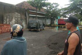 Warga melihat lokasi penemuan jasad seorang wanita yang terbakar di dalam mobil di Cendana, Desa Toriyo, Kecamatan Bendosari, Kabupaten Sukoharjo, Rabu (21/10/2020). (Istimewa/Hamzah)