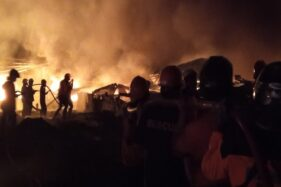 Proses pemadaman kebakaran di pabrik Kalijambe, Sragen, Sabtu (24/10/2020). (Solopos.com/Moh Khodiq Duhri)