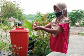 Warga mencuci tangan di depan rumah di Dukuh Gunungsari, Desa Pendem, Sumberlawang, yang berada di kompleks Objek Wisata Religi Gunung Kemukus, Rabu (21/10/2020). (Solopos/Moh. Khodiq Duhri)