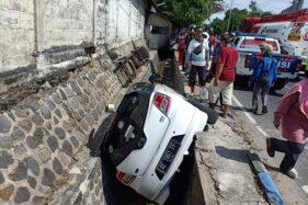 Mobil Nyungsep Ke Selokan Jalan Ponorogo-Madiun, Bapak dan Anak Terluka