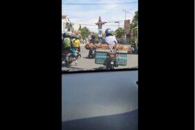 Tangkapan layar video pengendara motor membawa jenazah di beronjong sepeda motor di Simo, Boyolali, Kamis (29/10/2020). (Istimewa)
