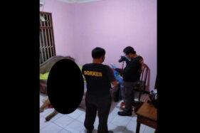 Petugas kepolisian melakukan olah TKP penemuan jenazah pria warga Wonogiri di salah satu hotel wilayah Keprabon, Banjarsari, Solo, Minggu (25/10/2020) sore. (Istimewa)