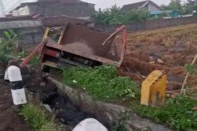 Gagal Nyalip, Bus Mira Seruduk Truk hingga Terperosok ke Sawah
