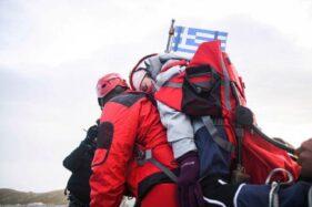 Eleftheria Tosiou digendong ke puncak Gunung Olympus di Yunani. (New York Post)
