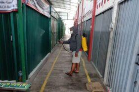 Sukarelawan menyemprot disinfektan di kios dan los Pasar Daleman, Kecamatan Baki. Foto diambil belum lama ini.(Istimewa/Jaka Sri Waluya)