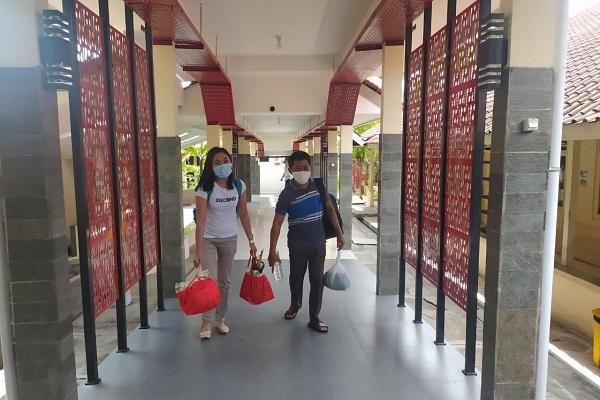 Dua pasien yang sudah dinyatakan sembuh dari Covid-19 tengah keluar dari RSUD Soedrian Magun Sumarso untuk kembali ke rumah, Jumat (16/10/2020). (Istimewa)
