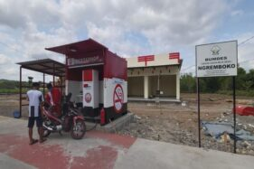 Petugas melayani warga mengisi bahan bakar Pertamax di Pertashop, Desa Karangmojo, Kecamatan Weru, Sukoharjo, Jumat (30/10/2020). (Solopos/Indah Septiyaning W.)