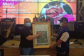 CEO TaniHub Group Ivan Arie Sustiawan (kiri) dan Owner Wong Solo Group Puspo Wardoyo menunjukkan nota kesepakatan kerja sama di MakanKu, Solo, pada Selasa (27/10/2020). (Solopos/Ichsan Kholif Rahman)
