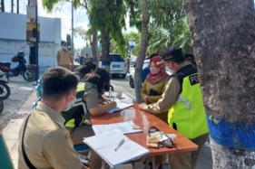 Tim gabungan Satgas Penanganan Covid-19 Kabupaten Karanganyar melaksanakan operasi penegakan disiplin protokol kesehatan perdana dengan sanksi denda Rp20.000 di Jalan Lawu pada Senin (5/10/2020). (Solopos.com/Sri Sumi Handayani)
