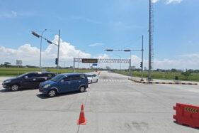 Arus lalu lintas di simpang tiga menuju gerbang tol Pungkruk, Sragen, terpantau lancar, Kamis (29/10/2020). (Solopos.com/Moh. Khodiq Duhri)
