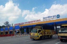 Sejumlah kendaraan berat keluar dari GT Kalikangkung, Jateng, Kamis (29/10/2020). (Istimewa/Bidhumas Polda Jateng)