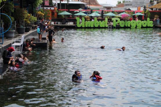 Pengunjung berenang di Umbul Ponggok, Desa Ponggok, Kecamatan Polanharjo, Klaten, Kamis (29/10/2020). (Solopos/Taufiq Sidik Prakoso)