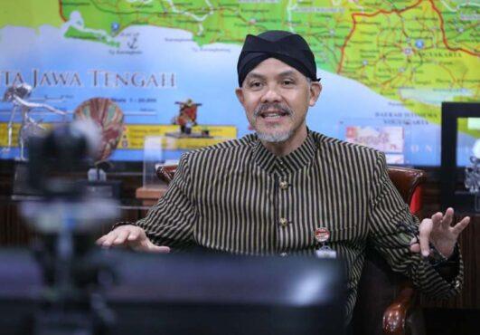 Gubernur Jateng, Ganjar Pranowo, saat melakukan video conference menghadiri dalam acara penutupan Bulan Inklusi Keuangan 2020 yang digelar OJK, Kamis (5/11/2020). (Semarangpos.com-Humas Pemprov Jateng)