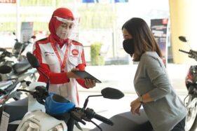 Karyawan melayani konsumen sepeda motor Honda. (Istimewa/Astra Honda Motor)
