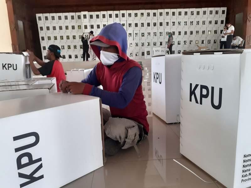 Sejumlah pekerja merakit kotak suara untuk pemilihan kepala daerah (Pilkada) Sukoharjo di Gedung Graha Mulya, Rabu (18/11/2020). (Solopos.com/Bony Eko Wicaksono)