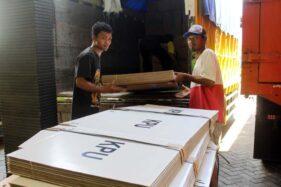 Dua orang pekerja mengangkat bilik suara ke dalam truk untuk didistribusikan ke wilayah Kecamatan Sukodono dari gudang logistik KPU di Gedung IPHI Krapyak, Sragen, Rabu (18/11/2020). (Solopos.com/Tri Rahayu)