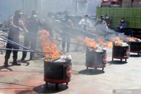 Sejumlah petugas memusnahkan barang bukti rokok ilegal di Kantor Pengawasan dan Pelayanan Bea dan Cukai (KPPBC) Tipe Madya Pabean Juanda, Sidoarjo, Rabu (18/11/2020). (Antara)