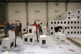 Pekerja merakit kotak suara Pilkada Solo 2020 di Gudang KPU Solo, Selasa (17/11/2020). (Solopos/Nicolous Irawan)