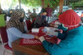 Anggota KPPS Pilkada 2020 Grobogan menjalani rapid test di aula Kelurahan Purwodadi, Jumat (20/11/2020). (Solopos.com/Arif Fajar Setiadi)