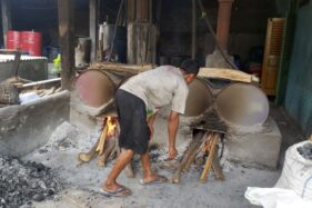 Pengrajin ciu di wilayah Mojolaban, Sukoharjo, tengah memproduksi etanol pada Jumat (13/11/2020). (Solopos/ Indah Septiyaning W.)