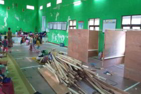 Barak pengungsian di Balerante, Kecamatan Kemalang, Klaten mulai diberi sekat, Sabtu (14/11/2020). Penyekatan itu ditujukan menghindari kerumunan antarpengungsi di tengah pandemi Covid-19. (Solopos.com/Ponco Suseno)