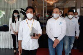 Cawali Solo Gibran Rakabuming Raka bersama Ketua DPK Apindo Solo Iwan K Lukminto berjalan bersama seusai dialog usaha Solo di Diamond Convention Center, Rabu (18/11/2020). (Solopos/Kurniawan)