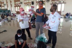 Ketua Komisi Pemilihan Umum (KPU) Sukoharjo, Nuril Huda (tengah) memperlihatkan surat suara yang sudah dilipat di Gedung Graha Mulya, Kelurahan Joho, Rabu (25/11/2020). (Bony Eko Wicaksono/Solopos)