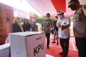 Ketua KPU Kota Semarang, Henry Casandra Gultom (tengah), menunjukkan kotak suara kepada Pjs. Wali Kota Semarang, Tavip Supriyanto, saat simulasi pemungutan suara di Kantor Kecamatan Mijen, Sabtu (21/11/2020). (Istimewa/KPU Kota Semarang)