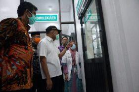 Menko PMK Muhadjir Effendy melihat Laboratorium Biomolekuler Polymerase Chain Reaction (PCR) di RSUD Caruban Kabupaten Madiun, Jumat (20/11/2020). (Istimewa/Pemkab Madiun)