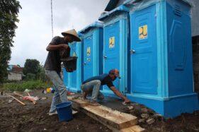 Para pekerja memasang fasilitas MCK di lokasi TPPS Desa Klakah, Kecamatan Selo, Kabupaten Boyolali, Sabtu (21/11). (Solopos.com/Bayu Jatmiko Adi)