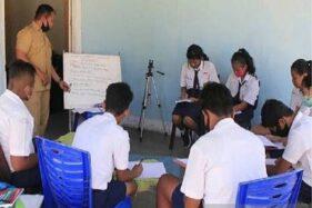 Seorang guru bahasa Inggris sedang melaksanakan pembelajaran tatap muka di salah satu rumah warga di Kota Kupang, NTT Senin (10/08/2020). (Antara)