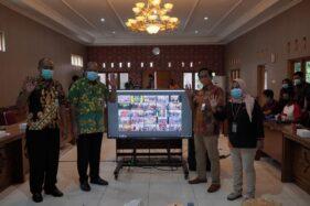 Pjs Bupati Klaten Sujarwanto Dwiatmoko secara virtual dengan 26 camat menyerahkan bansos JPS berbentuk sembako tahap VI dari Pemkab Klaten. (Solopos.com/Humas Setda Klaten)