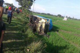 Truk terguling ke sawah setelah adu banteng dengan Daihatsu Xenia di jalan Sragen-Ngawi, Toyogo, Sambungmacan, Sragen, Rabu (25/11/2020). (Istimewa/David Efendi)