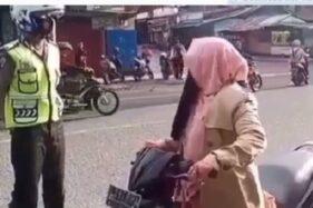 Emak-emak menghindari razia kendaraan oleh polisi (Instagram)