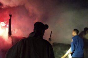 Petugas pemadam kebakaran sedang berupaya memadamkan api dalam kebakaran rumah di Desa Guyangan, Godong, Kabupaten Grobogan, Kamis (26/11/2020). (Solopos.com/Damkar Grobogan)