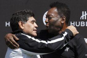 Dua legenda sepak bola Diego Maradona (kiri) dan Pele berpelukan selepas tampil dalam pertandingan eksibisi di Paris, Prancis, dalam rangkaian EURO 2016 pada 9 Juni 2016. (Antara-AFP-Patrick Kovarik)