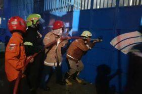 Petugas damkar berupaya memadamkan api di toko baja ringan di Kecamatan Jaten pada Kamis (26/11/2020). (Istimewa/Dokumentasi Unit Damkar Satpol PP Karanganyar)