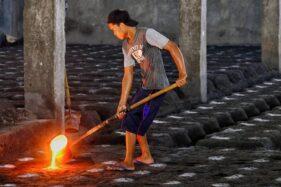 Seorang pekerja di industri cor logam Batur Ceper Klaten menyambut baik kenaikan UMK Kabupaten Klaten 2021. (Solopos.com/Humas Setda Klaten)