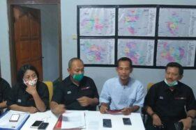 Untung Haryanto (kedua dari kanan) didampingi tim kuasa hukumnya saat memberikan penjelasan di hadapan awak media di Posko Pemenangan Paslon ABY-HJT di Klaten Utara, Sabtu (28/11/2020). (Solopos.com/Ponco Suseno)